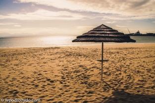 Parasolka na plaży w Mossel Bay. Umbrella at Mosselbaai beach.